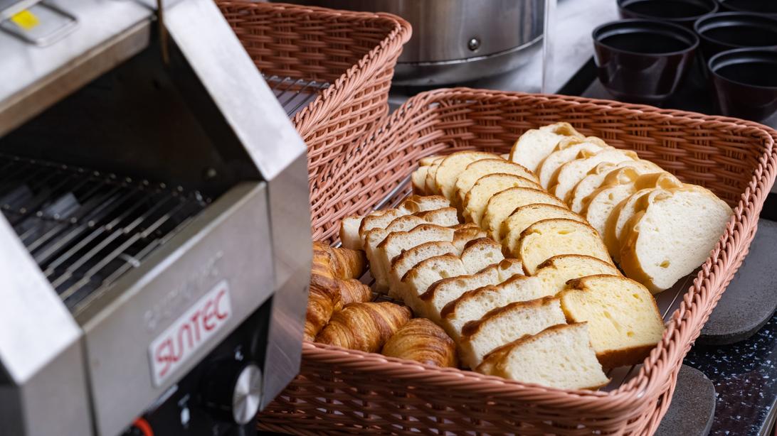 【朝食】トースターで温めて熱々のパンをどうぞ