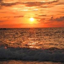 【鵜の浜海水浴場】/日本海に沈む夕日。この絶景を見に鵜の浜へいらっしゃいませんか?