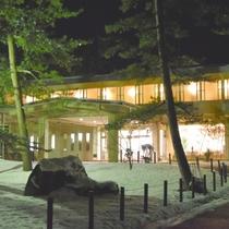 【鵜の浜ニューホテル】外観(冬の夜)