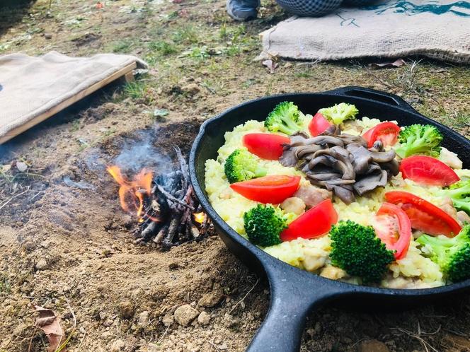 焚き火料理(地鶏ときのこパエリア鍋)