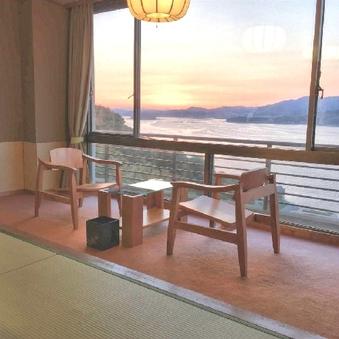 美しい海を見渡す和室 本館12畳+広縁