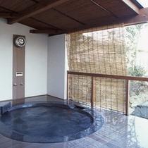 露天風呂付き客室「麿墨(するすみ)」の露天風呂