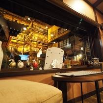 ■【CAFE&RESTAURANT DHARMA】窓からの景色。夜の温泉街