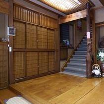 ■【入口より】直接2階へ続く階段