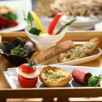 ■【夕食一例】和風御膳の一品。見ても楽しいお料理が並びます。