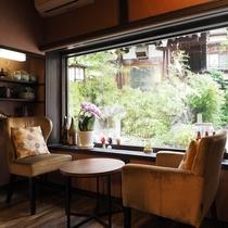 ■【CAFE&RESTAURANT DHARMA】広い窓からは日の光が差し込みます