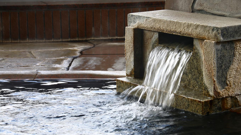 女風呂-内湯大浴場。肩まで浸かれる丁度いいふかさ。シャワーも温泉