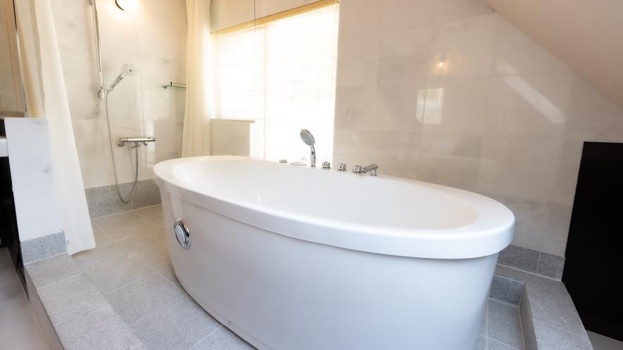 【本館ツイン】バスルームもゆったりとした作り。非日常の滞在をお楽しみください。