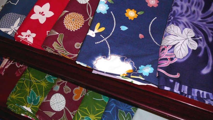 女性用の色鮮やかなカラー浴衣(通常800円)