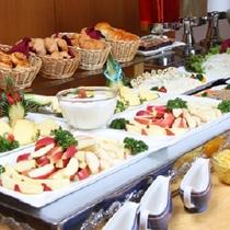 青森の味を堪能♪「津軽の朝まんまバイキング」 たっぷりのフルーツをどうぞ