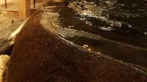 大石風呂から溢れる湯