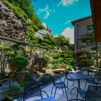 【館内で寛ぐ】庭に面したテラスでのんびり過ごす時間・・・