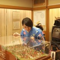 【資料室「時の倉」】 川中島合戦ジオラマをはじめ、上杉家の歴史について音声ガイドと書を展示