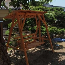 【館内で体験】烏帽子山に面した高台にある「花見の足湯」隣にはこんなベンチも♪