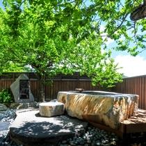 【館内で寛ぐ】当館の中庭を見下ろす高台の「花見の足湯」で季節の眺めと温泉を♪春は満開の桜の木の下で