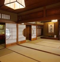 【御殿の間】明治天皇行幸「御殿の間」当館所有の作品群など資料の展示コーナーあり