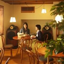 【館内で寛ぐ】到着後、まずは談話室でお茶とともに一息。自慢のオーディオから流れる音楽も魅力