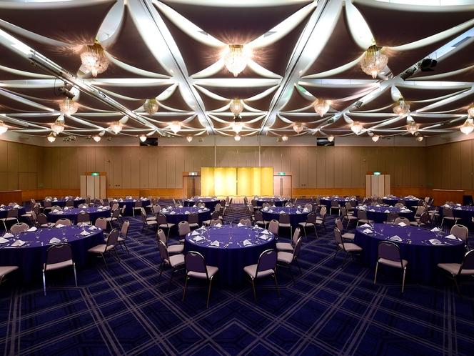 【宴会場】六甲の山並みと輝くばかりの陽光をデザインモチーフとした、明るく格調高い空間です。