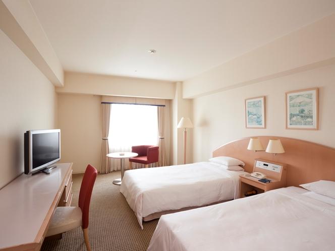 【モデレートツインルーム】ポップな色調でコーディネートされた清潔感のある客室です。