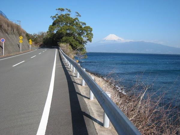 富士山が眺められる絶景の海岸道路