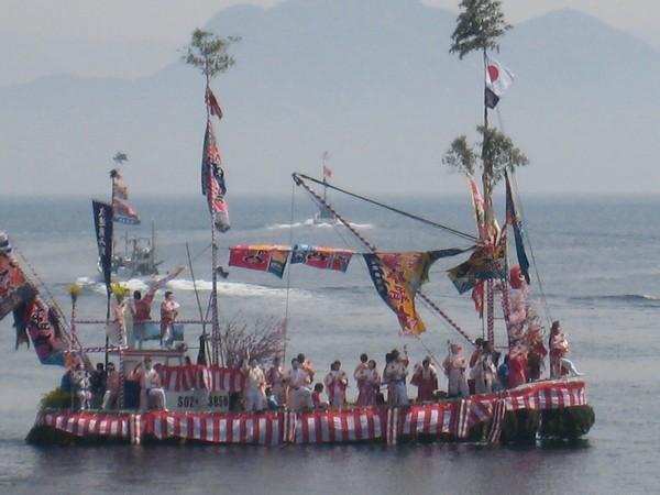 大漁旗で飾りつけた漁船