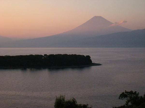 秋、夕暮れ時の大瀬岬と富士山