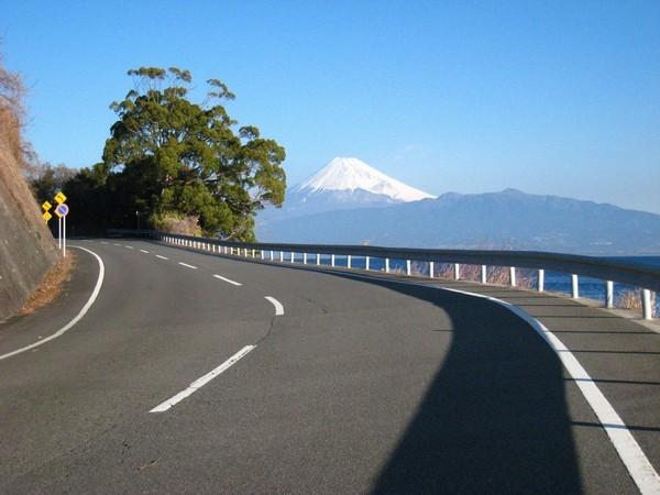 富士山へ向かって走っているようなイメージの絶景ライン