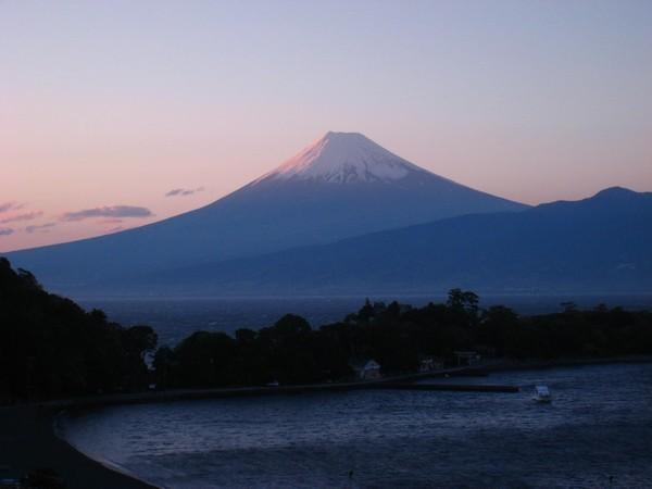 夕暮れ時の大瀬岬と富士山