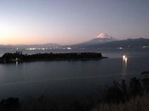 夕暮れ時の大瀬岬と富士山、漁火、夜景