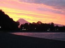 夏、夜空にくっきり浮かぶ富士山絶景