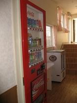 販売機コーナー&冷蔵ショーケース