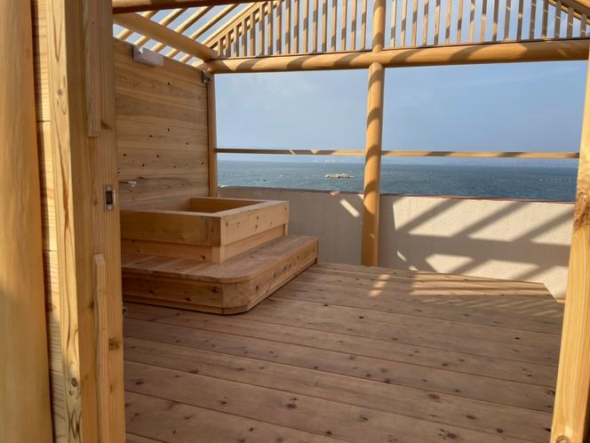 屋上に新たに貸切露天風呂がオープン!ヒノキの香りが心地いい