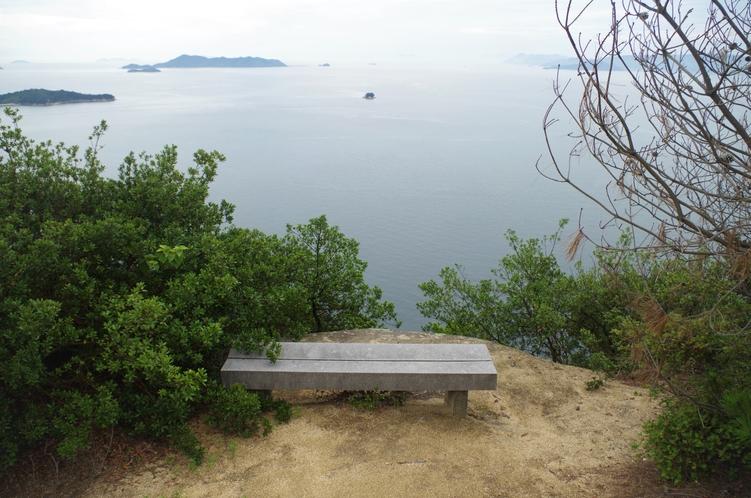 島内トレッキングコースには各所に休憩できるベンチがあります