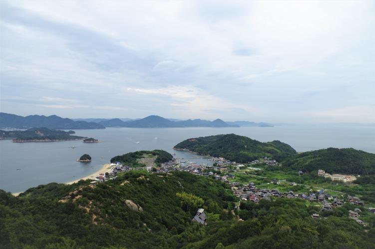 島内トレッキングコースからの眺め港と街並み、奥は本土