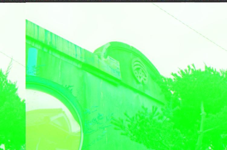 島内に残るレトロな元映画館の建物
