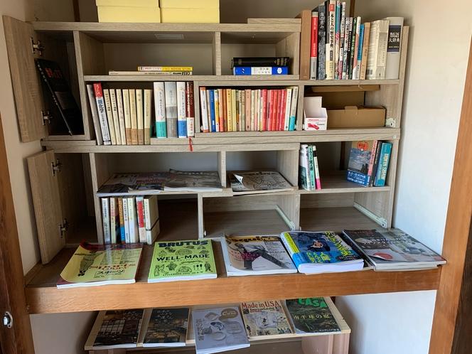 ライブラリーには小説や資料がたくさん