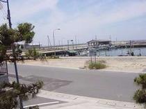浜辺二階から 海水浴場、尾崎漁港を望む