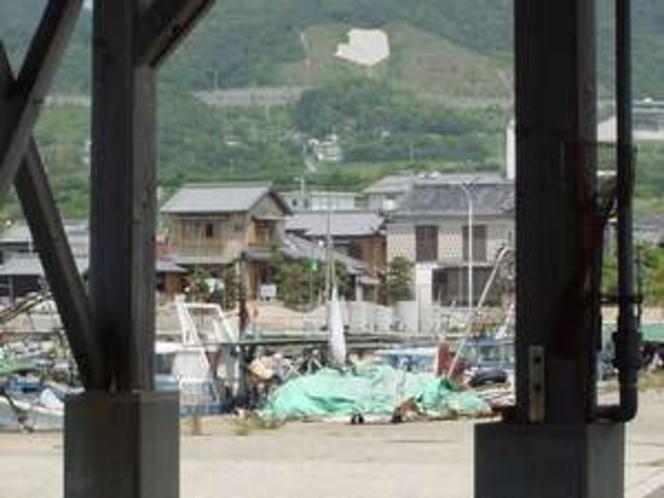 尾崎漁港荷上げ場より、別荘海濤、新館浜辺を望む