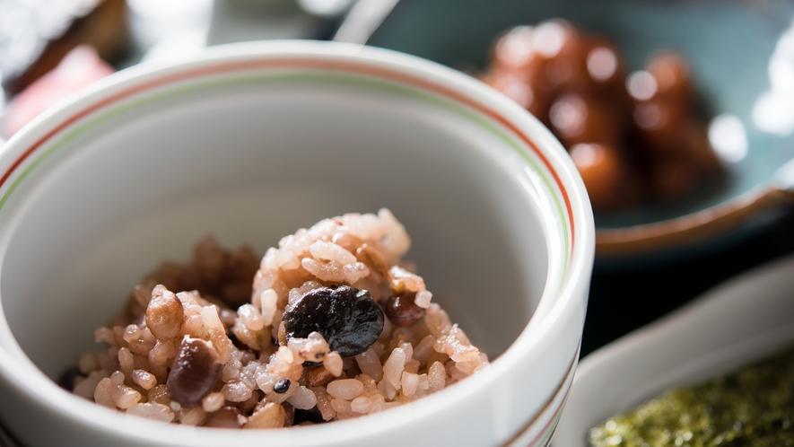 【*朝食】一例。女将自ら配合する十穀米です。