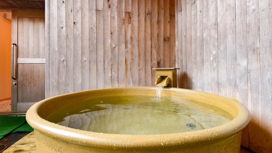 【*貸切露天風呂】浴槽は信楽焼の陶器。ゆったりサイズです。