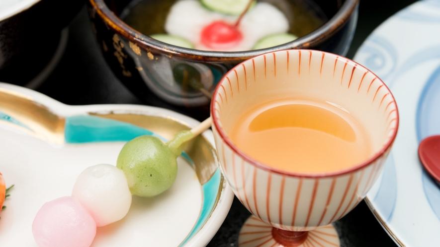 【*夕食】一例。食前酒は女将手作りの梅酒。梅は庭の木に生るものを使っています。