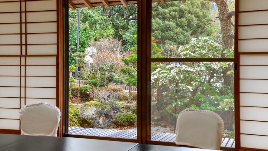 【*食事会場】庭の景色を眺めながらお食事をどうぞ。
