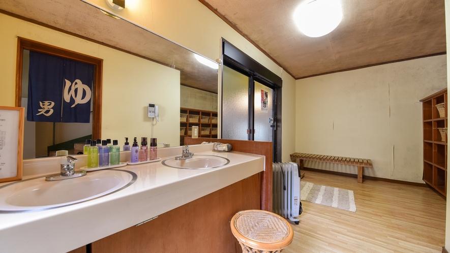 【*大浴場】脱衣所。ドライヤー、化粧水、乳液、クレンジング