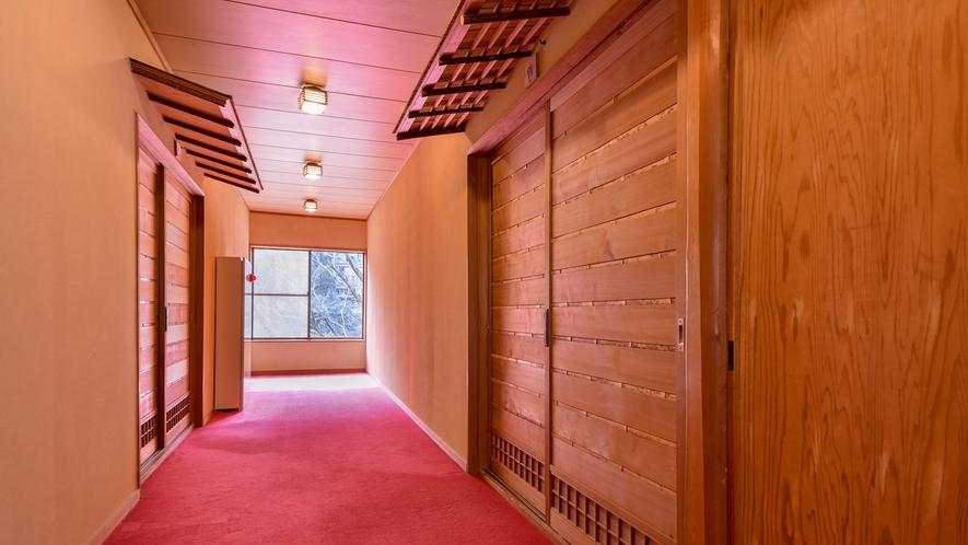 【*廊下】昭和の雰囲気を感じさせる、懐かしい雰囲気の館内。