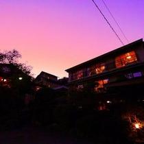 ◆夕暮れ染まる本館客室