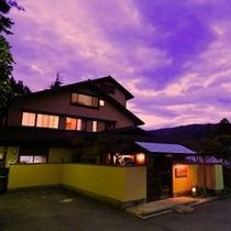夕焼け空の桐谷箱根荘