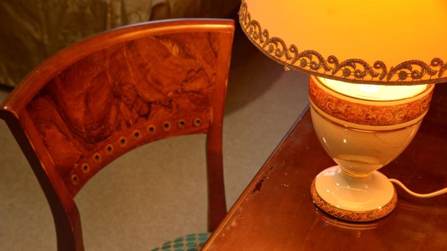 *【本館客室】調度品にもこだわり落ち着いた雰囲気を演出しております。