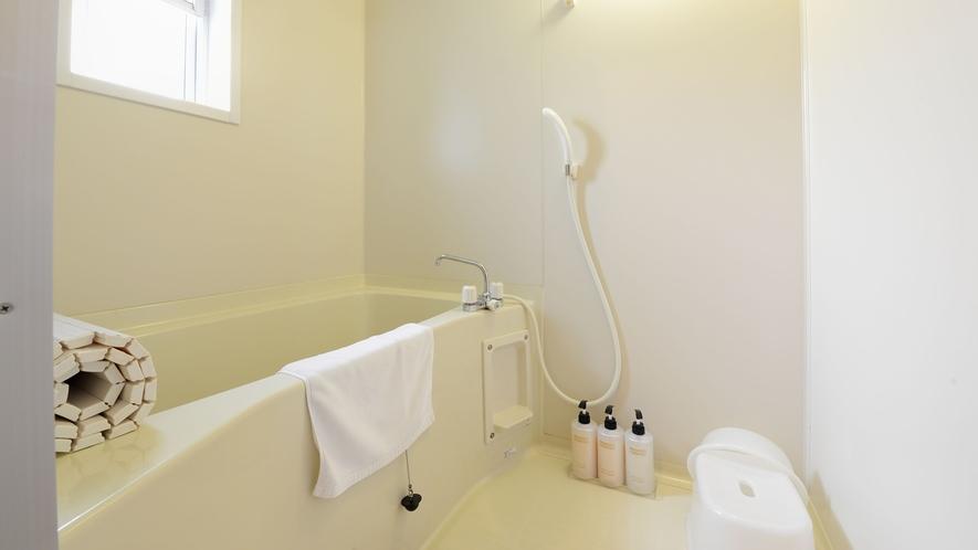*【ログハウス/さくら亭南北】バス・トイレ別の独立型バスルームを完備。