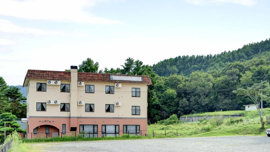*【外観】当館は山に囲まれた立地なので静かな時間が流れております。