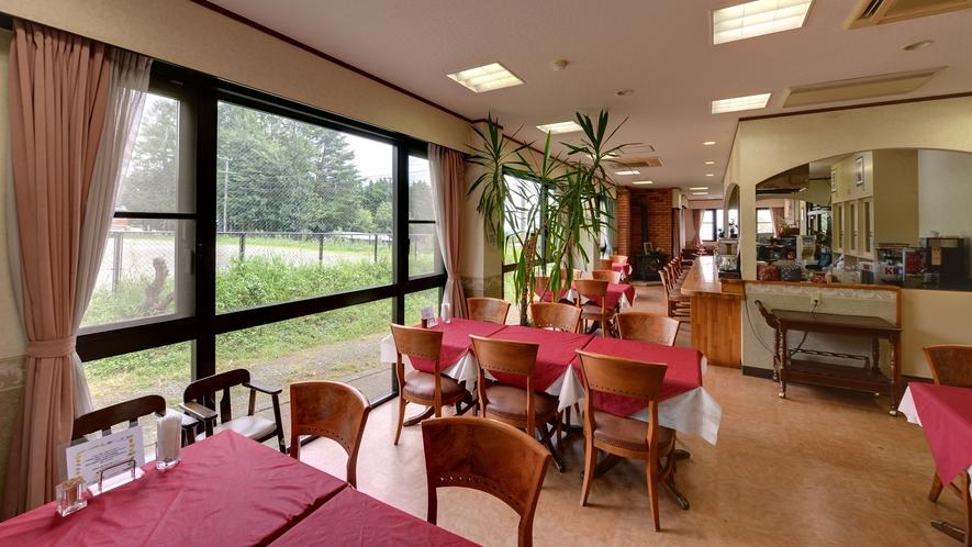 *【レストラン】窓側のお席では外を眺めながらお食事することが可能です。